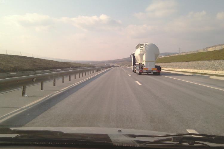 """Incident stupid pe Autostrada Transilvania! Un șofer s-a """"infipt"""" în tamburul unui camion"""