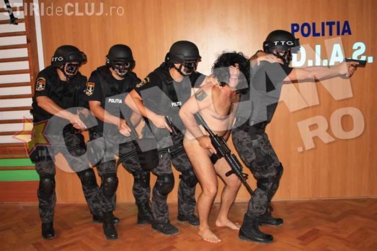 Șeful DIAS, în chiloți, cu perucă și arma în mână - FOTO SENZAȚIONAL