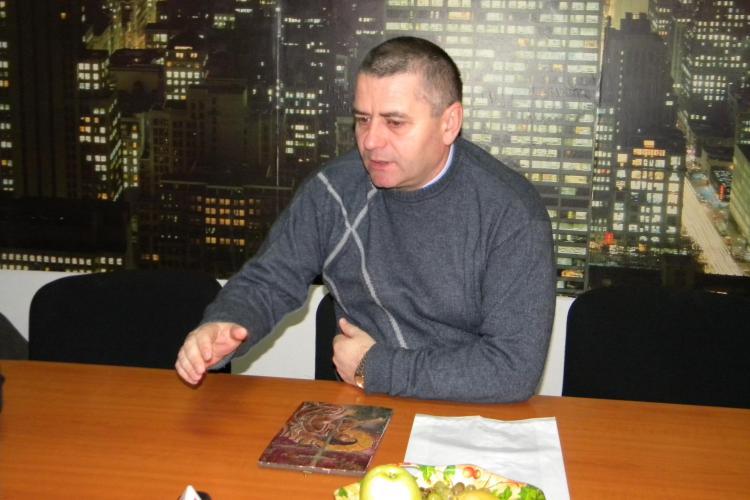 Mircia Giurgiu intra în greva foamei în fața Prefecturii Cluj