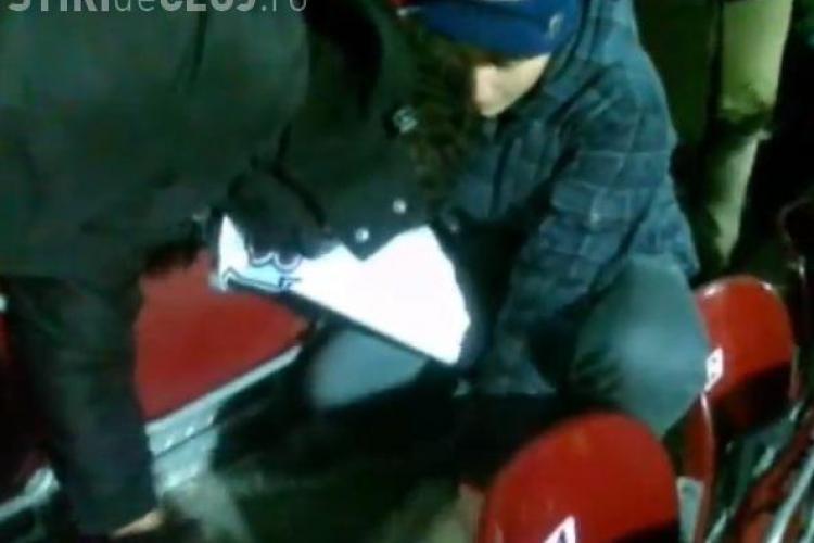 Pe stadionul din Gruia nu se consumă semințe! CUM au fost pedepsiți doi tineri care au încălcat regula - VIDEO