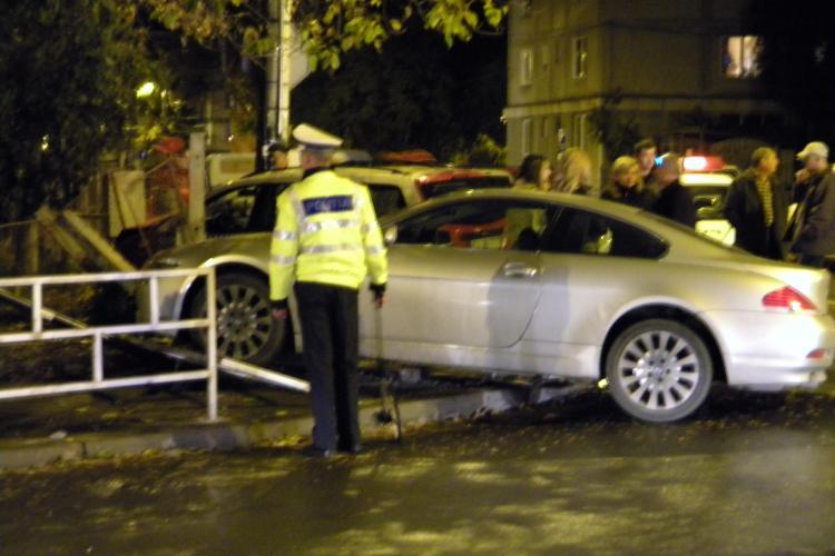 Accident pe strada Albini! Un taximetru și un BMW de lux au demolat gardul unei grădinițe - VIDEO