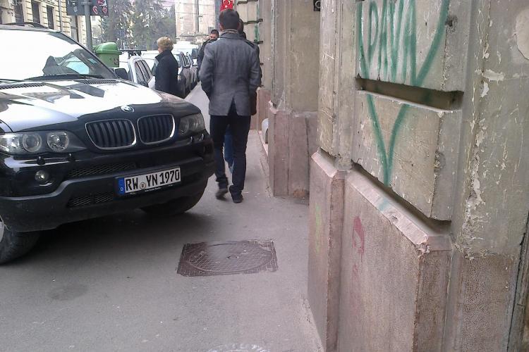 """Și-a parcat """"tancul"""" BMW pe trotuarul de pe Iuliu Maniu - FOTO"""