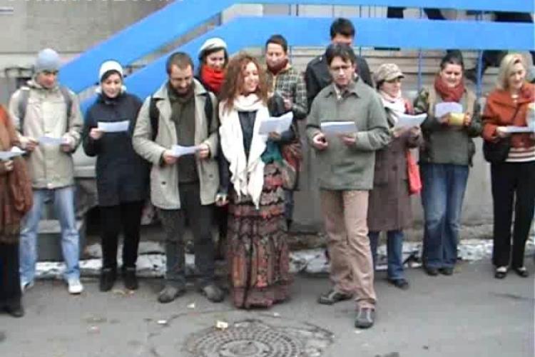 Tinerii Mânioşi din Cluj au cântat despre abuzurile poliţiei în faţă la IPJ Cluj. Poliţiştii au fost la un pas  să-i ia pe sus - VIDEO