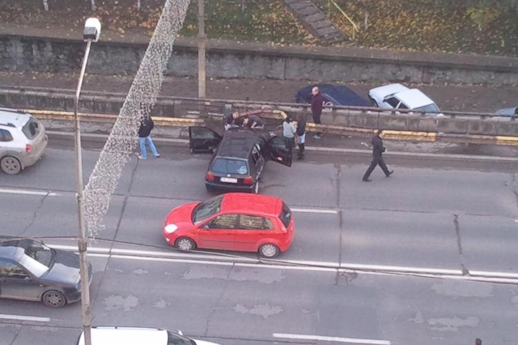 Accident pe Calea Florești! Două mașini au intrat în parapeții podului din Mănăștur - FOTO