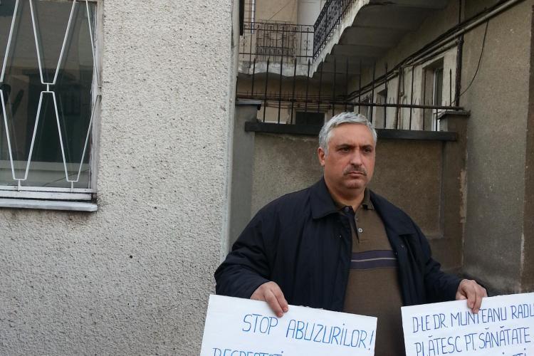 Un polițist clujean protestează în fața IPJ Cluj, față de abuzurile unui medic - FOTO