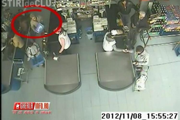 Cum a furat o bătrână din Gherla un portofel cu 1.500 de lei.  Totul a fost filmat de camerele de supraveghere - VIDEO