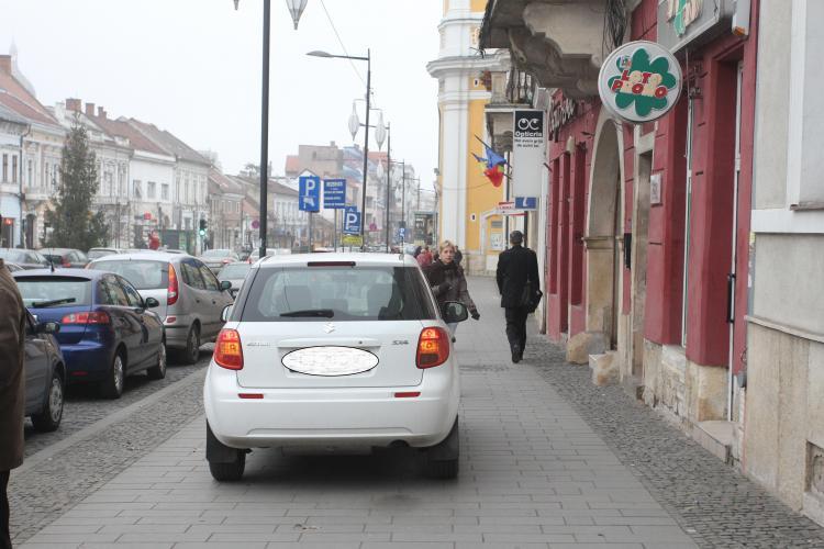 A parcat pe Eroilor, pe trotuar, ca să pună bilete la LOTO - FOTO