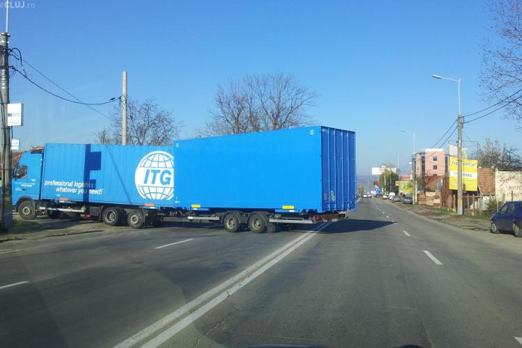 Nesimțire! Cu TIR -ul pe linia dublă continuă pe Calea Turzii - FOTO