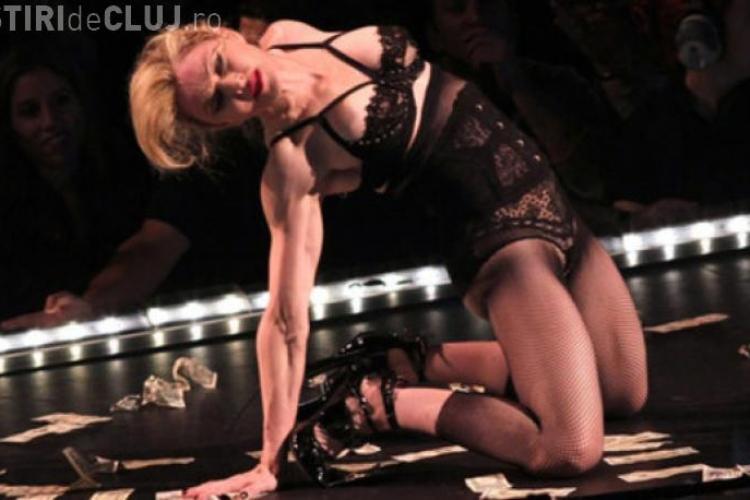 """Madonna a făcut striptease pe bani: """"Fiţi generoşi, pentru că mie îmi îngheaţă posteriorul"""""""