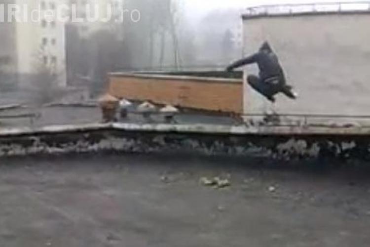 Doi tineri fac Parkour pe cinematograful Dacia din Cluj și își pun viața în pericol - VIDEO