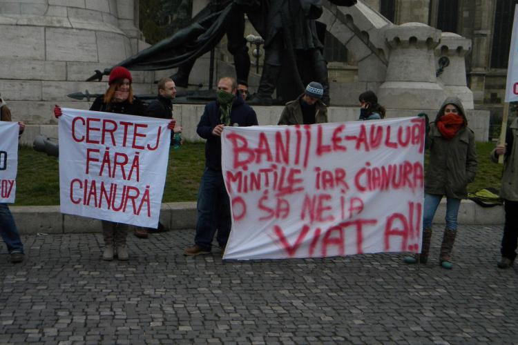Protest în Piața Unirii. Ecologiștii Roșia Montană se raliază celor din Grecia, unde se face un proiect similar - VIDEO și FOTO