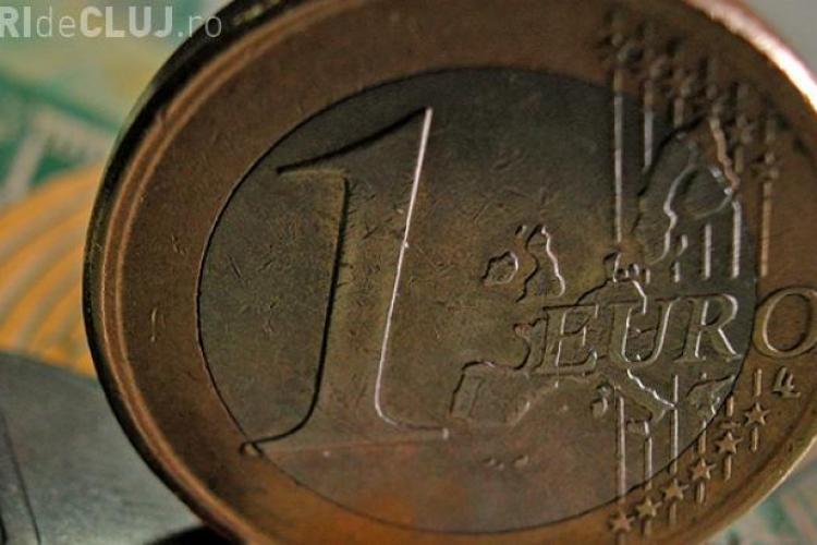 Leul s-a apreciat uşor în raport cu euro