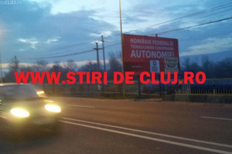 Ungurii lui Laszlo Tokes cer AUTONOMIE pe un panou amplasat la intrare în Cluj-Napoca dinspre Florești - FOTO