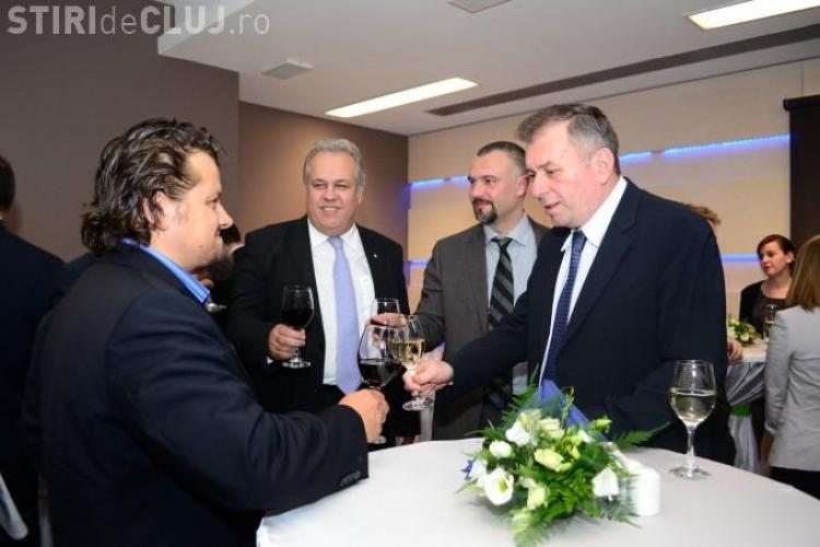 Ștefan Vuza, cel mai bogat clujean, cu părul lung și cioc. Afaceristul ciocnește un pahar cu un alt milionar - FOTO