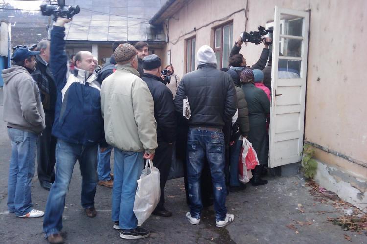 Înghesuială la Cluj la distribuirea ajutoarelor de la UE. Organizarea lasă de dorit. Oameni nemulţumiţi pleacă acasă cu sacoşa goală-VIDEO