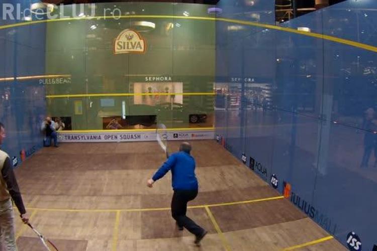 Emil Boc a jucat squash în terenul de sticlă de la Iulius Mall - VIDEO