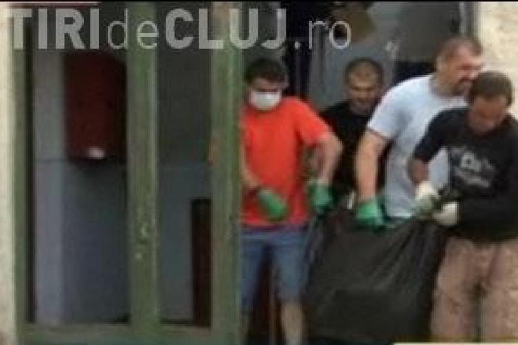 O femeie din Turda a stat cu cadavrul iubitului in casa 4 zile. Cainii din apartament au inceput sa il manance