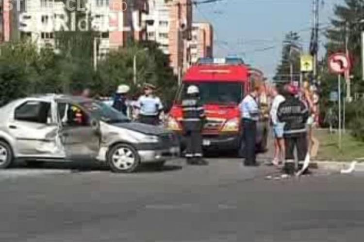 EXCLUSIV - Accident la Interservisan, in Cluj-Napoca! O masina a fost lovita de un troleibuz, iar o femeie a fost ranita! -VIDEO
