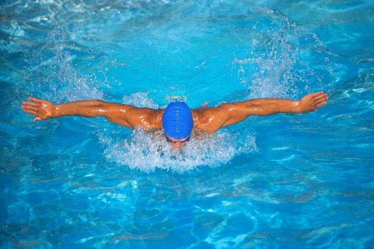 Swimathon, concurs de inot la Bazinul Olimpic din Cluj-Napoca, pentru sustinerea initiativelor umanitare, in 7 august