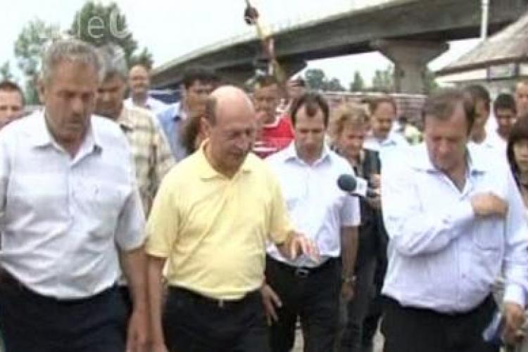 """Traian Basescu catre SPP in timpul vizitei din Suceava: """"Dati presa din fata mea!"""" - VIDEO"""
