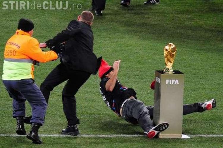 Jimmy Jump a incercat sa fure trofeul Cupei Mondiale! FOTO si VIDEO