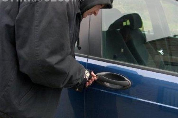 Doi minori de 15 ani din Turda sunt profesionisti la spart autoturisme. Azi noapte au fost prinsi in flagrant