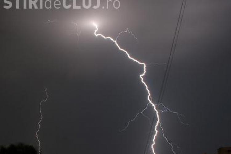 Un nor ciudat a fost filmat deasupra orasului Cluj-Napoca. Se vad descarcari electrice, dar fara sunete si nici nu ploua - VIDEO