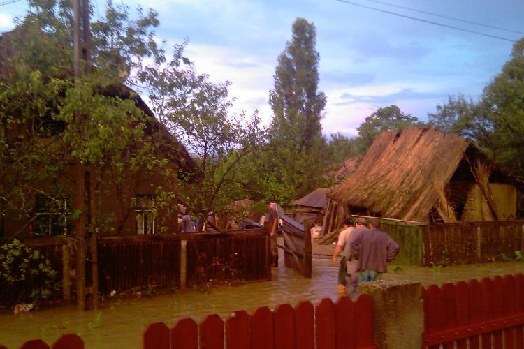 VIDEO - Inundatii in comuna Sic. Doua familii au fost evacuate dupa ce casele lor s-au prabusit - Galerie FOTO