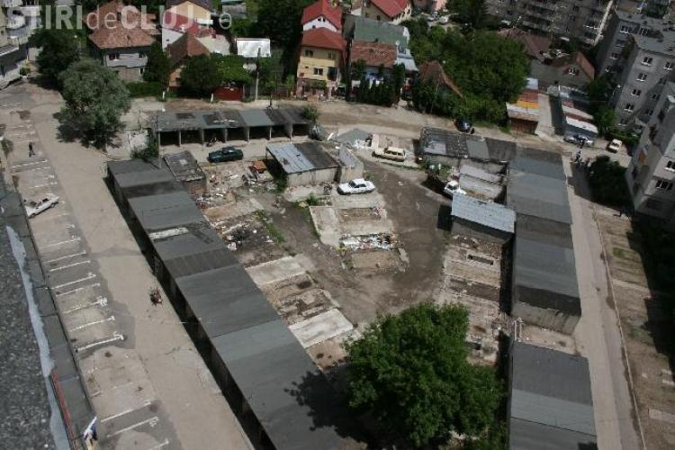 Lucrarile la Parkingul din Marasti, de pe strada Fabricii, au inceput cu demolarea garajelor din zona - Galerie FOTO