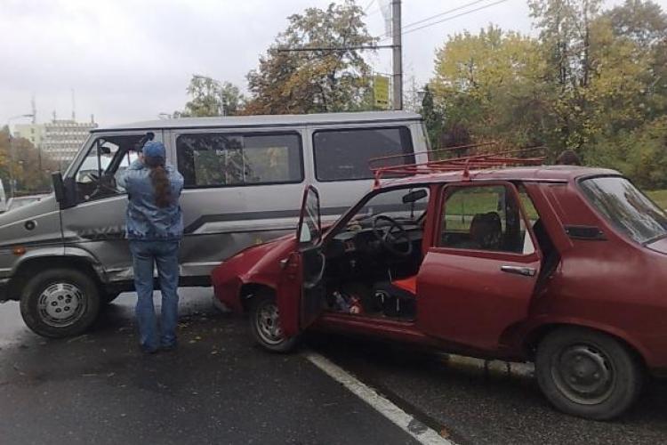 Autoturism cu 7 persoane implicat intr-un accident in Luna de Sus