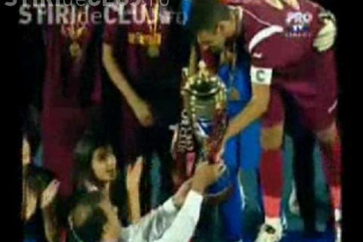 Sorin Apostu huiduit si pe stadionul CFR Cluj. Scena s-a petrecut cand primarul i-a inmanat Supercupa lui Cadu - VIDEO si FOTO