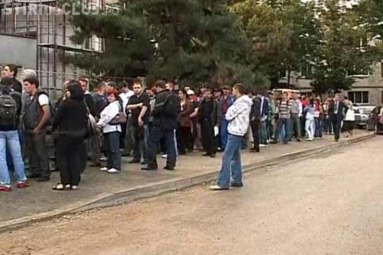 VIDEO: Cozi si nervi la Serviciul de Permise si Inmatriculari din Cluj. Sute de oameni iau cu asalt ghiseele de la 4 dimineata!