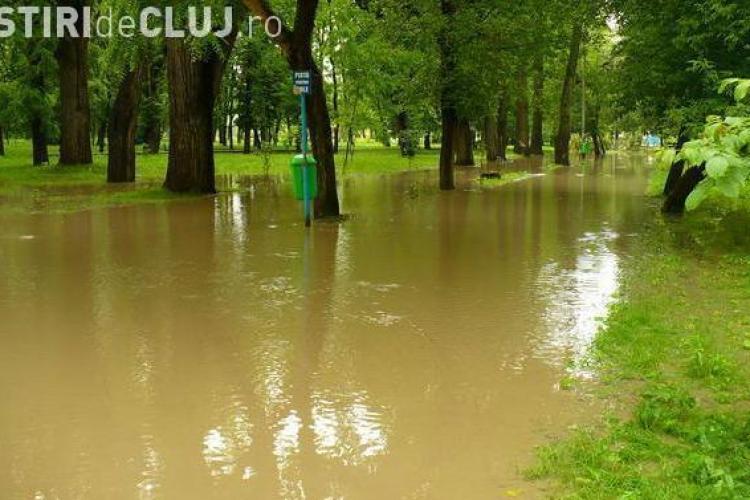 VIDEO - Parcul din Gherla inca este inundat. Motopompele trag apa de 24 de ore