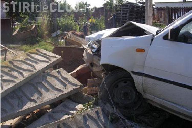 Trei batrane ranite intr-un accident la Catcau. Au intrat cu masina in gard!