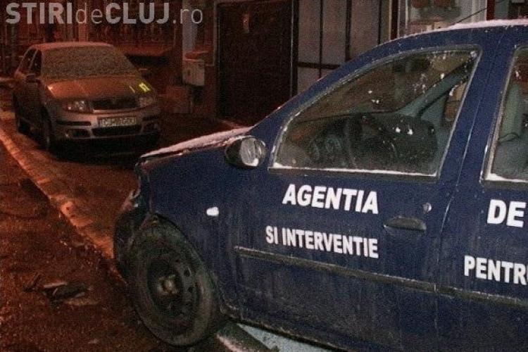 Mașina APIA Dej, lovită de un șofer în fața sediului - FOTO