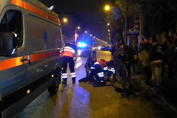 Suporter U Cluj bătut de țigani pe Dorobanților. A sărit în stradă pentru a scăpa, dar a fost lovit grav de un BMW - VIDEO
