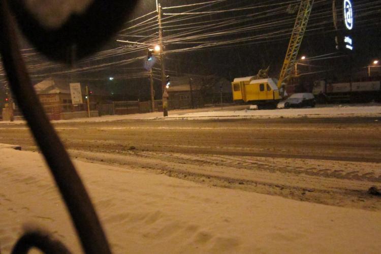 Două accidente în zona Ambient, pe Traian Vuia, din cauza zăpezii - FOTO