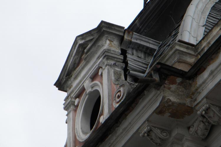 Pompierii au intervenit la clădirea în care este barul Le General. Un ornament gigant s-a desprins și riscă să cadă UPDATE De ce nu a fost demolat?
