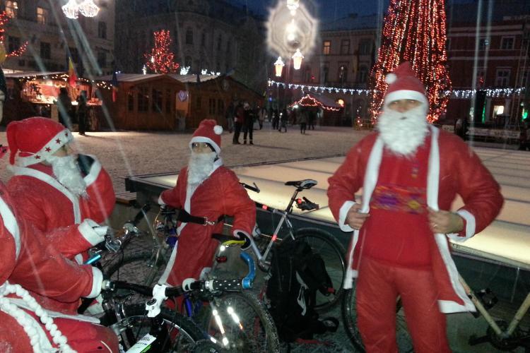 Moș Crăciun pe bicicletă la Cluj! 100 de clujeni s-au costumat în Moș Crăciun și au pedalat prin ninsoare - FOTO