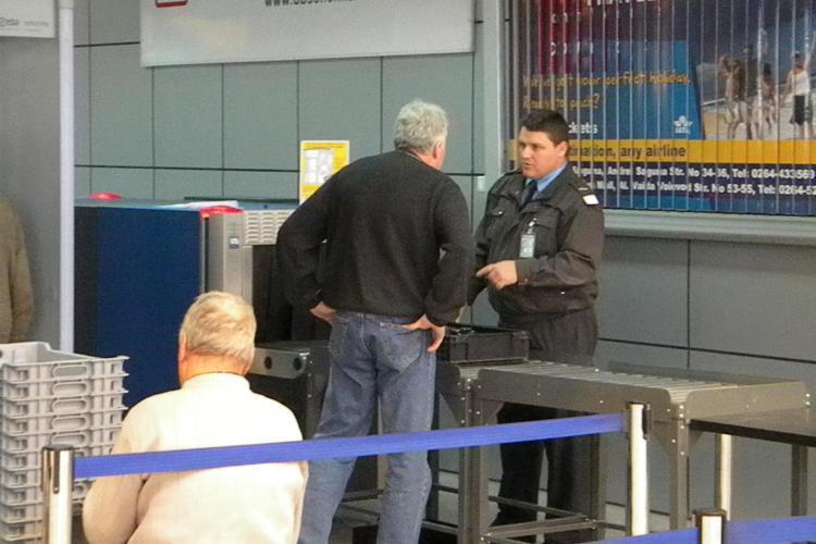 Recipiente cu MERCUR găsite pe Aeroportul din Cluj - VIDEO