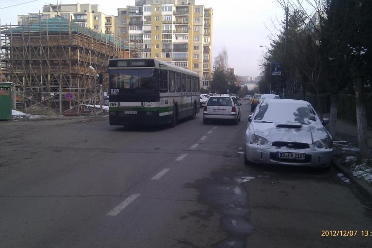 Stațiile de autobuz de pe strada Mehedinți, un pericol pentru șoferi. VEZI ce exemple oferă un clujean - FOTO
