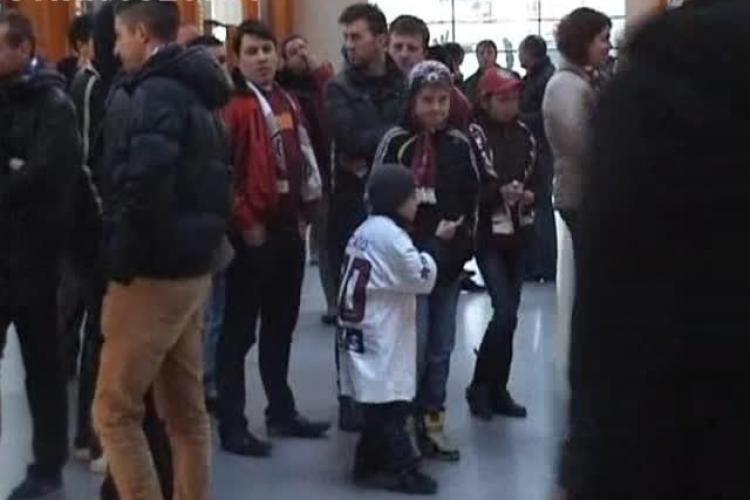 Jucătorii CFR Cluj, așteptați de FANI pe aeroport ca niște campioni - VIDEO și FOTO