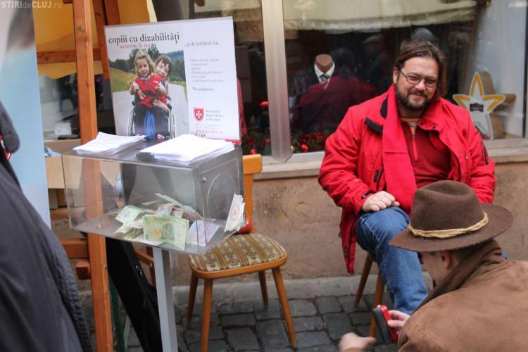 Lustruiesc pantofi la Cluj pentru a-i ajuta pe copiii de la Grădinița Specială Malteză