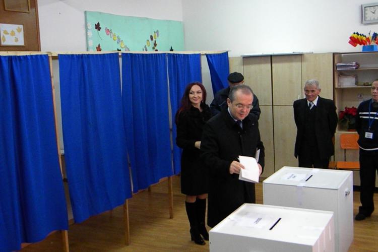 Emil Boc a votat la ora 10.00 împreună cu soția: Zăpada va afecta prezența la vot - VIDEO