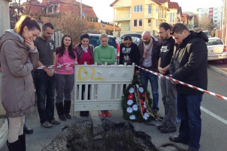 """Un clujean """"a îngropat"""" o stradă spartă de E.ON Gaz. Drumul fusese proaspăt asfaltat - FOTO și VIDEO"""