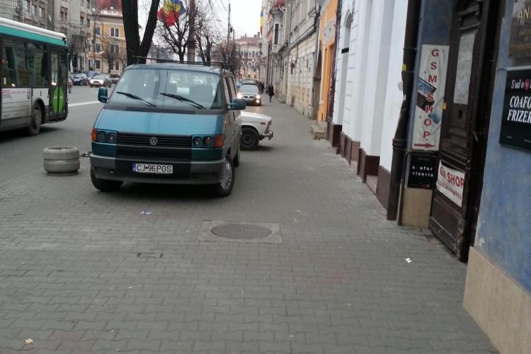 """Trotuarul de pe 21 Decembrie 1989 s-a transformat în parcare! """"Unde e mașina de ridicări de la RADP?"""" - FOTO"""