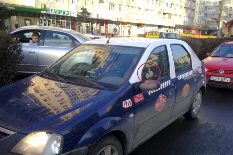 Ceartă în TRAFIC în Piața Mărăști: Un taximetrist i-a arătat DEGETUL MIJLOCIU unui șofer - FOTO
