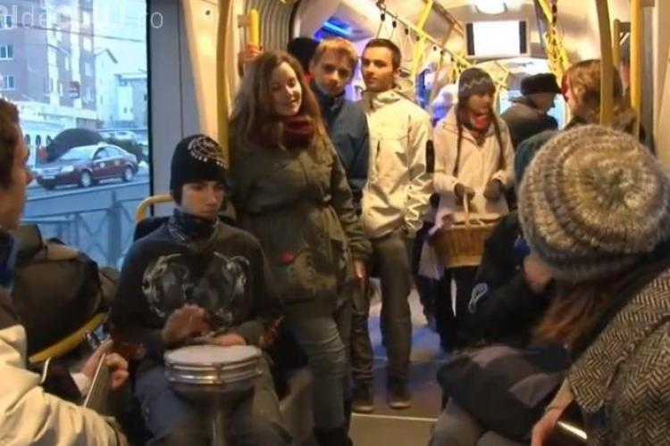 Flash Mob în tramvaiul MOV din Cluj-Napoca. Călătorii au fost colindați - VIDEO