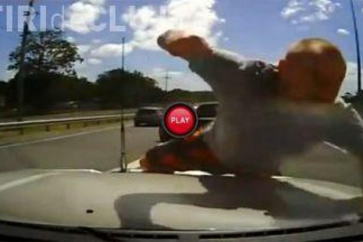 Milioane de oameni scandalizaţi de gestul unui şofer nebun. Vezi VIDEO ŞOCANT!