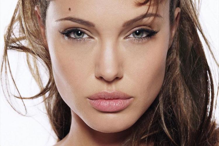 Cum arată românca, dublura Angelinei Jolie - FOTO